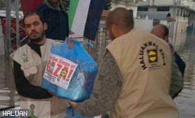 Relawan Harungi Banjir Bantu Mangsa di Gaza