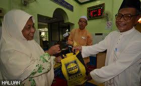 Ibu Tunggal Terharu Terima Sumbangan Ramadhan HALUAN Pulau Pinang