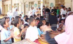 Anak-anak di Pariaman mendapat perhatian relawan HALUAN