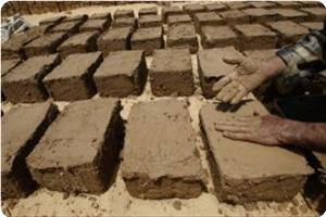 Warga Palestin Bina Rumah dengan Tanah